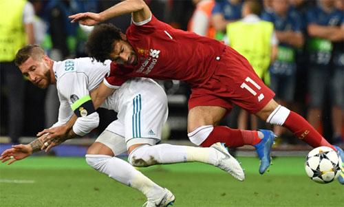 Ramos phạm lỗi dẫn đến chấn thương của Salah. Ảnh: Reuters
