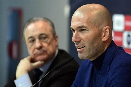 Zidane mặc suit, tuyên bố từ chức HLV Real. Ảnh: AFP.