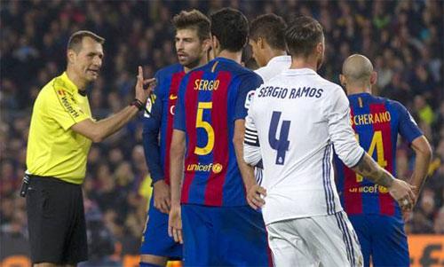 Trọng tài Clos Gomez từng điều khiển trận El Clasico có nhiều tuyển thủ Tây Ban Nha. Ảnh: Reuters