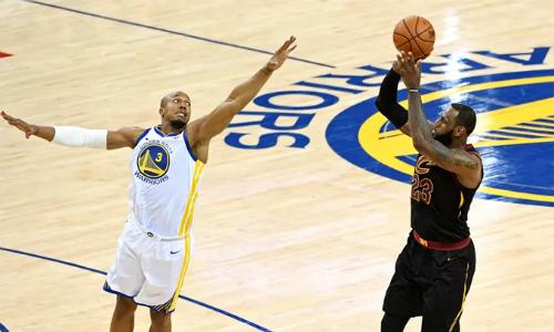 LeBron James (áo đen) nhận kết quả bất công dù chơi với đẳng cấp vượt trội các cầu thủ còn lại. Ảnh: AP.