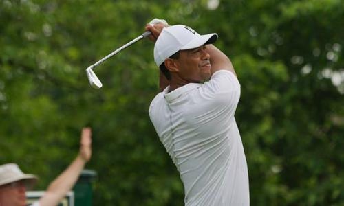 Tiger Woods tăng tốc ở chín hố cuối nhưng không đủ để khép lại vòng một với số gậy dưới chuẩn. Ảnh: USA Today.