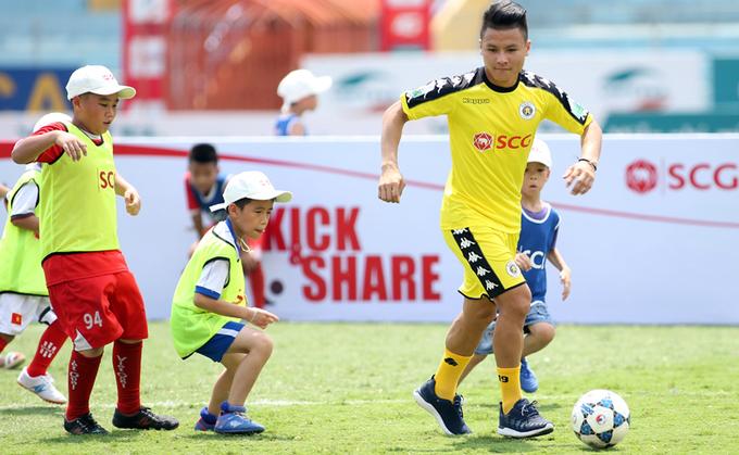 Ngôi sao U23 Việt Nam đá bóng với hơn 100 cầu thủ nhí