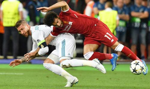 Ramos thực hiện pha khóa tay với Salah. Ảnh:AFP.