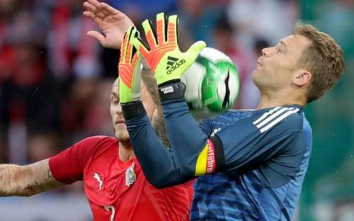 Neuer trong một pha bắt bóng. Ảnh:AFP.