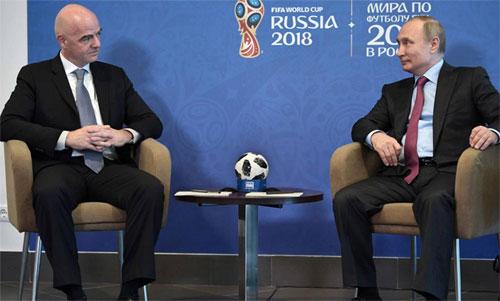 Putin (phải) và Chủ tịch FIFA, Gianni Infantino trong cuộc nói chuyệnvề bóng đá. Ảnh: AS