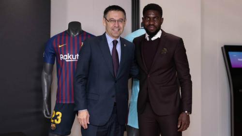 Ông Bartomeu và Umtiti trong lễ ký hợp đồng mới. Ảnh: FC Barcelona.