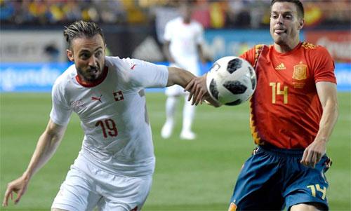 Azpilicueta (phải) đá trung vệ với Pique cho Tây Ban Nha, thay vì Sergio Ramos chưa kịp trở lại. Ảnh: Reuters
