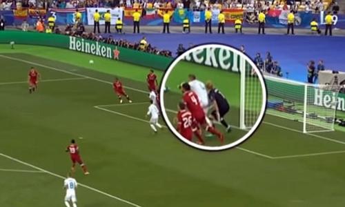 Pha va chạm giữa Karius và Ramos ở phút 48. Ảnh: ZDF.