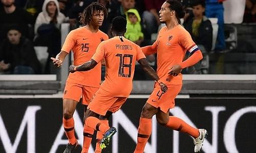 Ake (trái) mang lại trận hòa cho Hà Lan. Ảnh: Reuters.