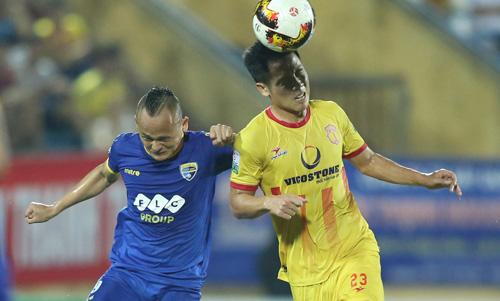 Quốc Phương (áo xanh), cầu thủ được gọi là Messi xứ Thanh bị thanh lý hợp đồng sớm.