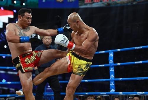 Nhất Long (phải) tỏ ra yếu thế trướcPumpanmuang. Ảnh: Sina.