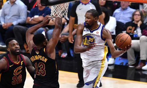 Durant (trắng) ghi 43 điểm, nhấn chìm Cavaliers theo cách y hệt game 3 chung kết mùa trước. Ảnh: AFP.