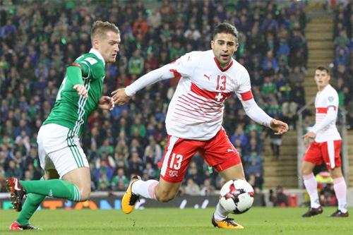 Chỉ là một hậu vệ, nhưng Rodriguez đã đóng vai trò quyết định trong việc đưa Thụy Sỹ đến Nga bằng cách ghi một bàn và có một pha cản phá quan trọng ở hai trận play-off. Ảnh: AFP.