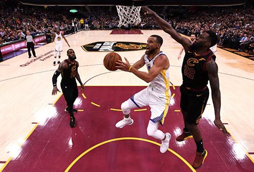 Cavaliers (áo đen) bất lực trong việc ngăn cả các tay ném Warriors lên rổ. Ảnh: AFP.