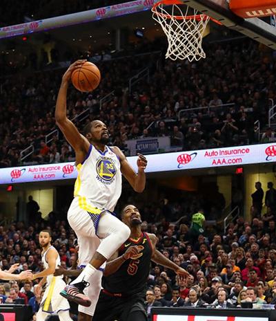 Durant nhấn chìm hy vọng vô địch của Cavaliers trong cả hai năm gần nhất. Ảnh: AFP.