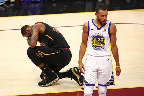 Nỗi thất vọng của James sau khi Cavaliers thua trận thứ tư trong series 7 của chung kết, đồng nghĩa với việc năm thứ hai liên tiếp nhìn Warriors đăng quang. Ảnh: AFP.