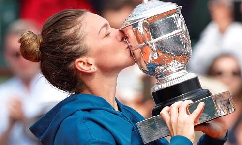 Halep nâng Cup vô địch Roland Garros - danh hiệu Grand Slam đầu tiên cô giành được. Ảnh: Reuters.