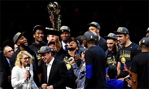 Curry, Durant và các đồng đội Warriorsnâng cao bức chiến quả dành cho nhà vô địch NBA. Ảnh: Reuters.