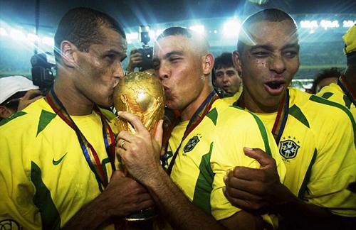 Silva (phải) là người hùng thầm lặng khi Brazil vô địch năm 2002.