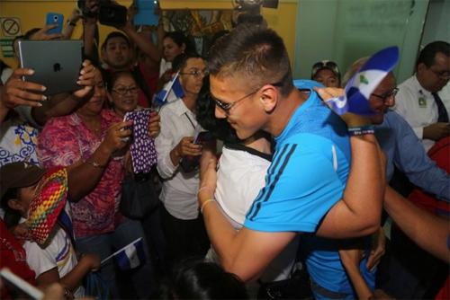 Duarte (áo xanh) là minh chứng hùng hồn về khả năng gắn kết, kiến tạo hòa bình của bóng đá.