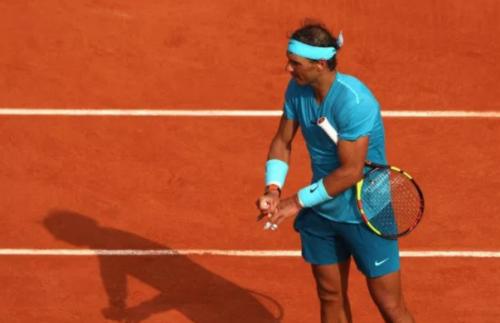 Không chỉ bị chuột rút, Nadal còn gặp vấn đề ở ngón tay nhưng vẫn thắng Dominic Thiem sau ba set. Ảnh:AFP.