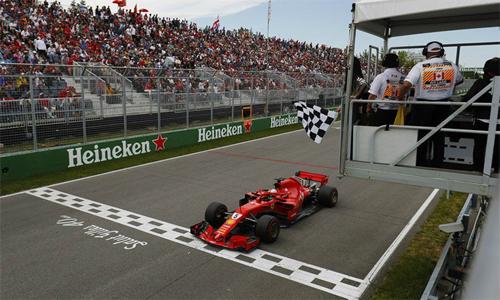 Vettel than phiền về việc ban tổ chức để một người mẫu phất cờ kết thúc cuộc đua sớm một vòng.