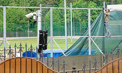 Hàng rào an ninh quanh sân tập của tuyển Anh được nâng cao lên gấp đôi mức chuẩn. Ảnh: Sportsmail.