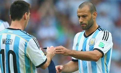 Mascherano (phải) từng có nhiều năm thi đấu cùng Messi tại Barca và tuyển Argentina. Ảnh: Reuters