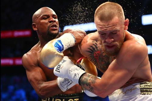 Trận thắng knock-out của Mayweather trước McGregor mang về gần 300 triệu đôla cho võ sĩ người Mỹ. Ảnh: Reuters.