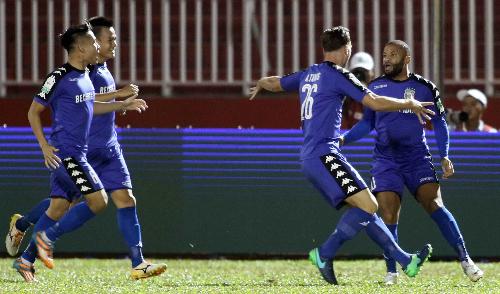 Các cầu thủ Bình Dương mừng bàn thắng ghi được ở giây thứ 20 trận đấu. Ảnh: Đức Đồng.