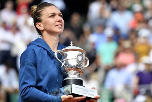 Chức vô địch là phần thưởng xứng đáng cho những nỗ lực của Simona Halep. Ảnh: EPA.