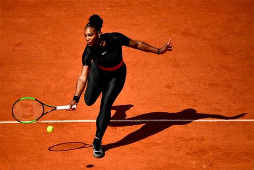 Serena được ví như Nữ hoàng Wakanda tại Roland Garros. Ảnh: Bleacher Report.