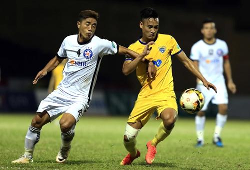 Vũ Minh Tuấn (phải) ghi bàn duy nhất vào lưới Đà Nẵng. Ảnh: Minh Hoàng.