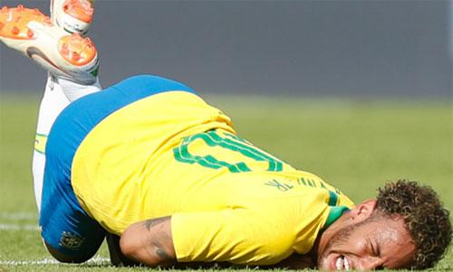 Neymar có nhiều lần bị Áo đẩy ngã trong trận giao hữu. Ảnh: Reuters