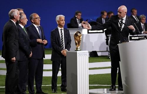 Chủ tịch FIFA chúc mừng bên chiến thắng. Ảnh: EPA.