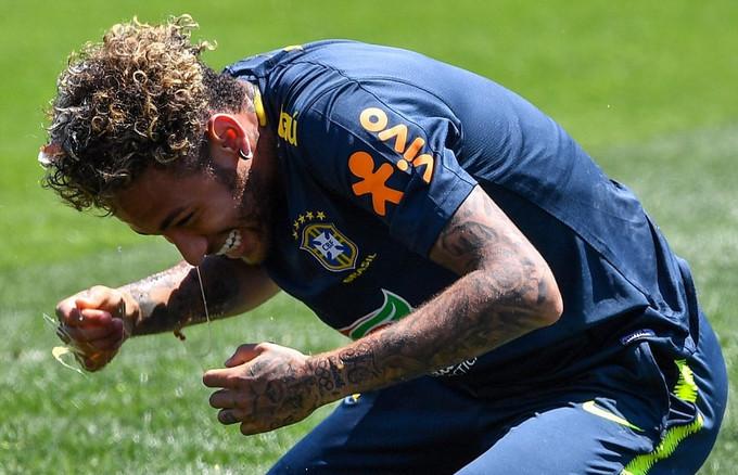 Neymar, Jesus ném trứng gà và bột mì lên đầu Coutinho