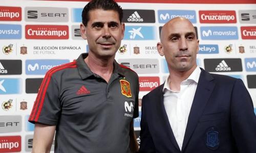 Hierro bên cạnh Chủ tịch Liên đoàn bóng đá Tây Ban Nha. Ảnh: Reuters.