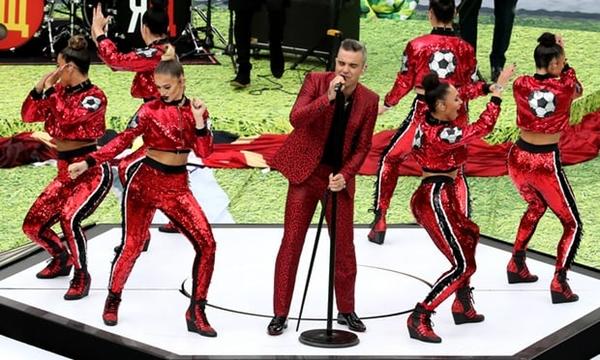 Robbie Williams hoàn thành tốt vai trò dẫn dắt lễ khai mạc. Ảnh: Reuters.
