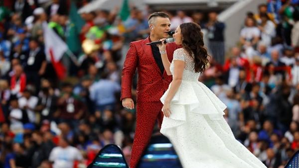 Ông hoàng nhạc pop thập niên 90 trông trẻ trung và nổi bật trong bộ vest đỏ. Ảnh: Reuters.
