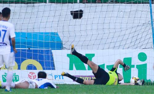 HAGL là đội sở hữu hàng thủ tệ thứ hai tại V-League năm nay khi để thủng lưới 22 lần sa13 vòng (nhiều nhất là Nam Định với 24 lần). Ảnh: Hùng Linh.