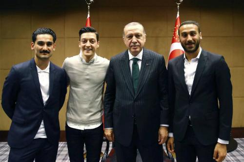 Từ trái sang: Gundogan, Ozil, Erdogan và tuyển thủ Thổ Nhĩ KìCenk Tosun. Ảnh: AP.