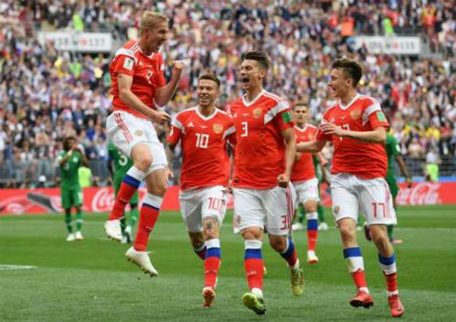 Cầu thủ Nga chia vui bàn mở tỷ số củaYuri Gazinskiy. Ảnh:Reuters.