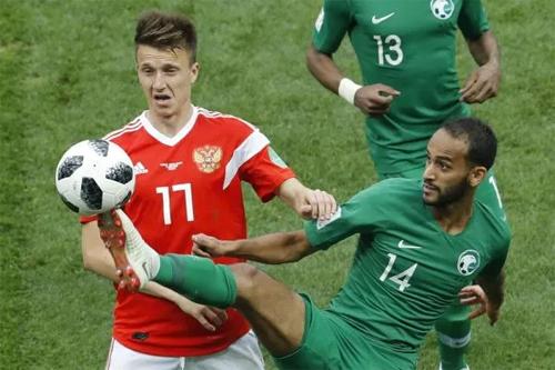 Golovin được giao nhiều trọng trách hơn sau khi Dzagoev rời sân, và tiền vệ số 17 đã tỏa sáng rực rỡ. Ảnh: AP.