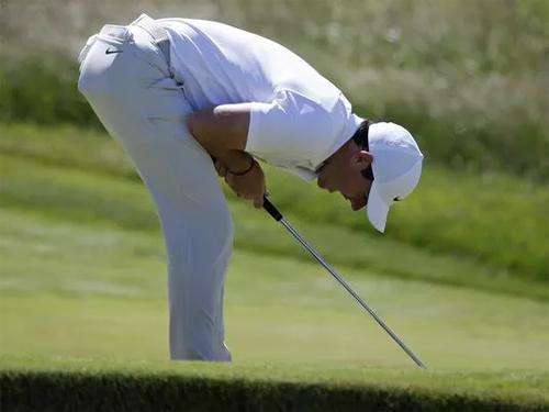 McIlory chơi tệ hơn Woods và Spieth, với điểm +10, tạo nên vòng golf tệ nhất trong lịch sử các lần tham dự US Open. Ảnh: AP.