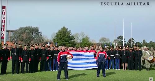 Binh lính Uruguay thể hiện đam mê bóng đá. Ảnh chụp màn hình.