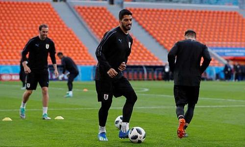 Suarez và đồng đội tập luyện trên sânEkaterinburg Arena hôm 14/6. Ảnh: Reuters.