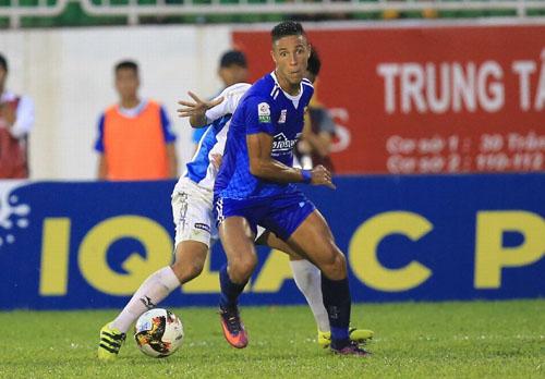 Cầu thủ HAGL mất bình tĩnh khi hai lần vượt lên dẫn trước nhưng để Quảng Nam ngược dòng thắng 3-2.