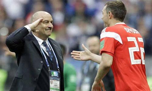 HLV Cherchesov (trái) chúc mừng học trò sau một pha ghi bàn. Ảnh: Reuters