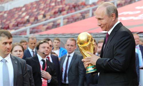 Tổng thống Nga rất vui vì tổ chức World Cup và đội tuyển thắng lớn trong trận đầu. Ảnh: Reuters