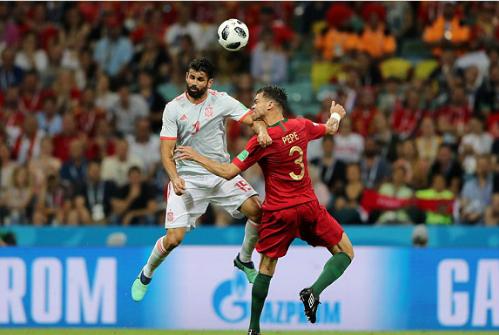 Tình huống tranh chấp của Costa với Pepe. Ảnh: FIFA.